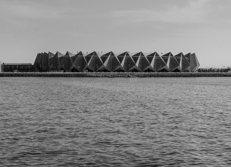 Baku, Azerbaijan - 22 de mayo de 2019: Crystal Hall en la playa de Baku y del paisaje blanco negro de la visión El mar Caspio imagenes de archivo