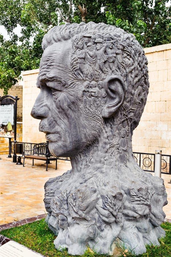 BAKU, AZERBAIJAN - 17 DE OCTUBRE DE 2014: Monumento de Vahid Aliaga como cabeza con los caracteres de su de los trabajos pelo en  fotos de archivo libres de regalías