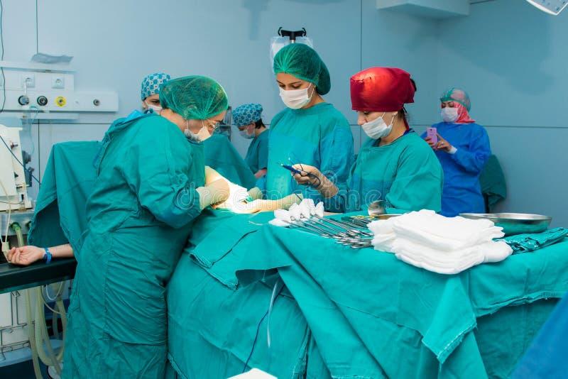 Baku, Azerbaijan- Mei 2016 Chirurgisch team die chirurgiehandeling, cesarean sectie uitvoeren Gynaecologen en vroedvrouwen die ge royalty-vrije stock foto's