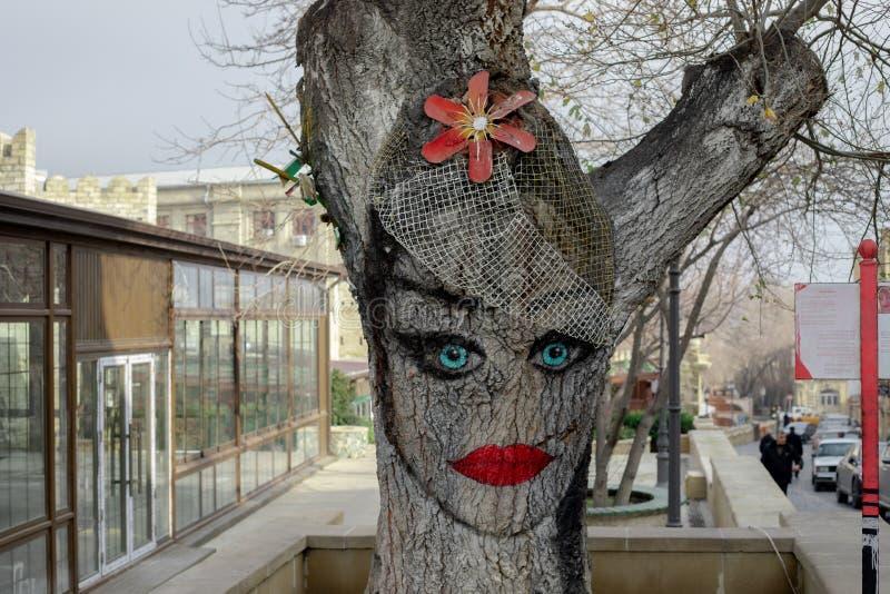 Baku azerbaijan oude stad van de de muurinstallatie van de straatkunst de boomdecoratie vrouwelijk gezichtsbeeld royalty-vrije stock afbeelding