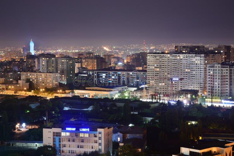 Baku Azerbajdzjan - Juli 18, 2018: Ljus för natt för sikt för fågel för Baku stadsdesign ljusa royaltyfria bilder