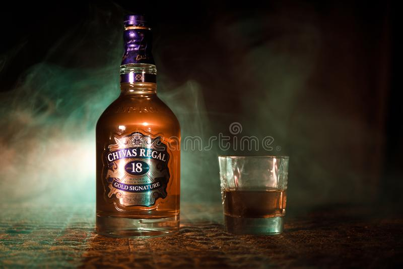 BAKU AZERBAJDZJAN - MARS 25, 2018: Blandat från whiskyar som mognas för åtminstone 18 år, är det Chivas Regal 18 guldhäftet, en b fotografering för bildbyråer