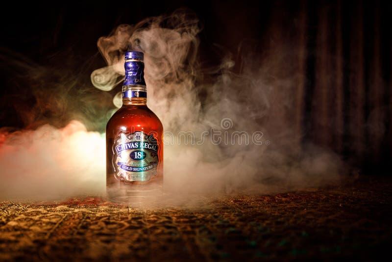 BAKU AZERBAJDZJAN - MARS 25, 2018: Blandat från whiskyar som mognas för åtminstone 18 år, är det Chivas Regal 18 guldhäftet, en b royaltyfri bild