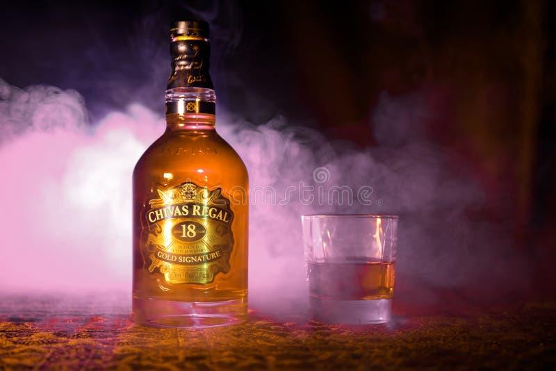 BAKU AZERBAJDZJAN - MARS 25, 2018: Blandat från whiskyar som mognas för åtminstone 18 år, är det Chivas Regal 18 guldhäftet, en b arkivfoto