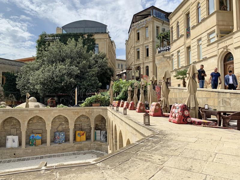 Baku, Azerbajdzjan, september, 9, 2019 Människor som går längs den sjätte körbanan Beyuk Gala i den gamla staden Icheri Sheher Az arkivbilder