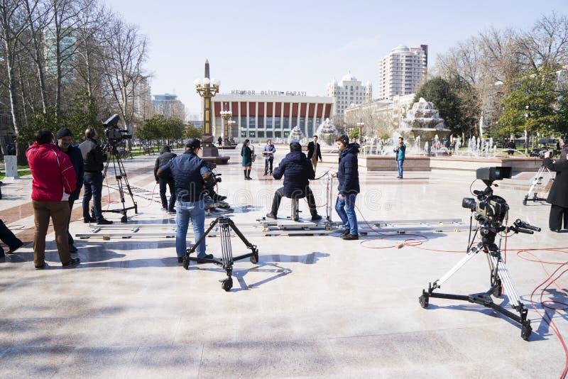 Baku, Azerbayjan, 10 kan, 201: Cameraman die een levend overleg in stadspark schieten royalty-vrije stock foto