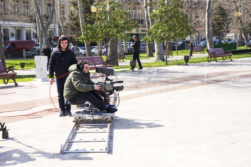 Baku, Azerbayjan, 10 kan, 201: Cameraman die een levend overleg in stadspark schieten royalty-vrije stock afbeelding