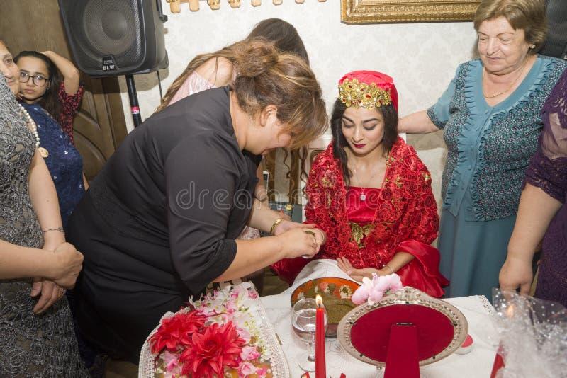 Baku, azerbayjan-10 kan 2017: Huwelijkspartij de bruid, de bruidegom en de gasten bij het nationale Turkse Oosterse huwelijk royalty-vrije stock afbeelding