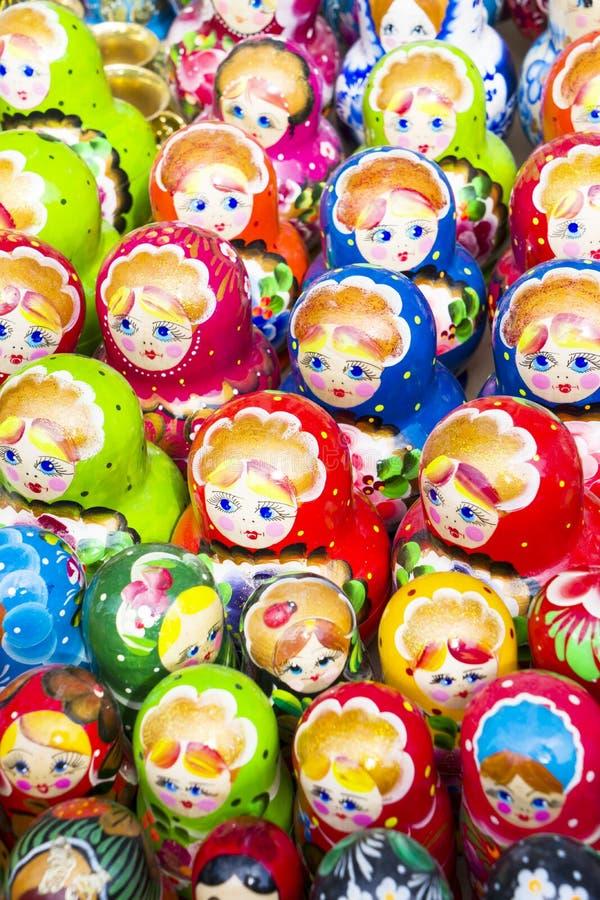 BAKU AZERBAYJAN - MAJ 23, 2017 - traditionella ryska matryoshkas som bygga bo dockor på skärm i en souvenir, shoppar royaltyfri bild