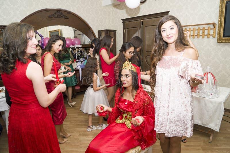Baku, Azerbayjan-10 puede 2017: Banquete de boda la novia, el novio y las huéspedes en la boda oriental turca nacional fotografía de archivo