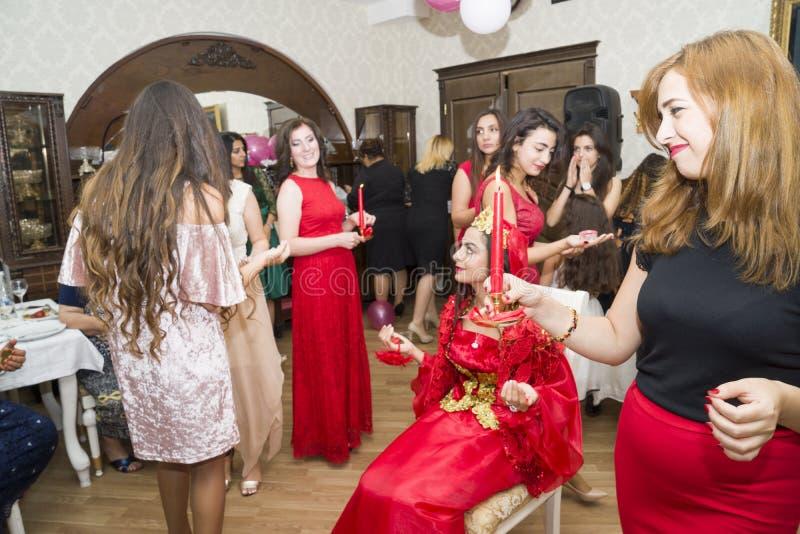 Baku, Azerbayjan-10 puede 2017: Banquete de boda la novia, el novio y las huéspedes en la boda oriental turca nacional fotografía de archivo libre de regalías