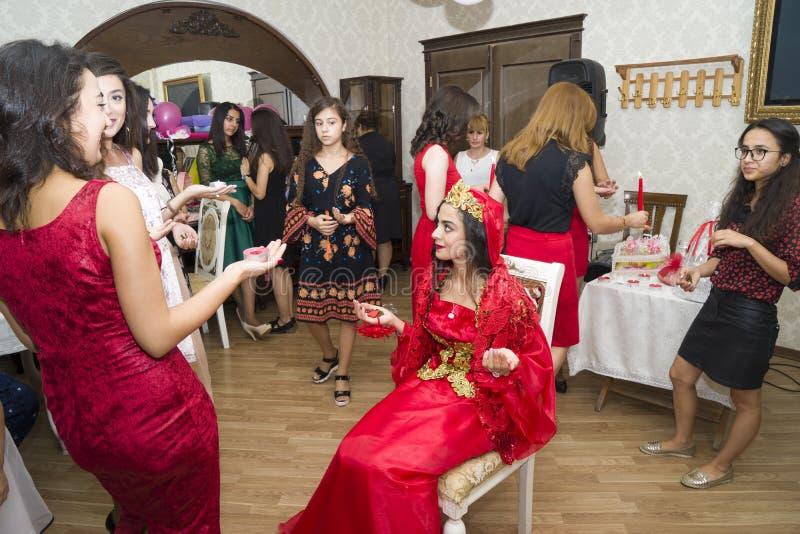 Baku, Azerbayjan-10 puede 2017: Banquete de boda la novia, el novio y las huéspedes en la boda oriental turca nacional foto de archivo libre de regalías