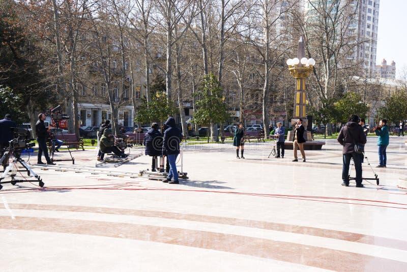 Baku, Azerbayjan, 10 puede, 201: Cameraman que tira un concierto vivo en parque de la ciudad fotografía de archivo