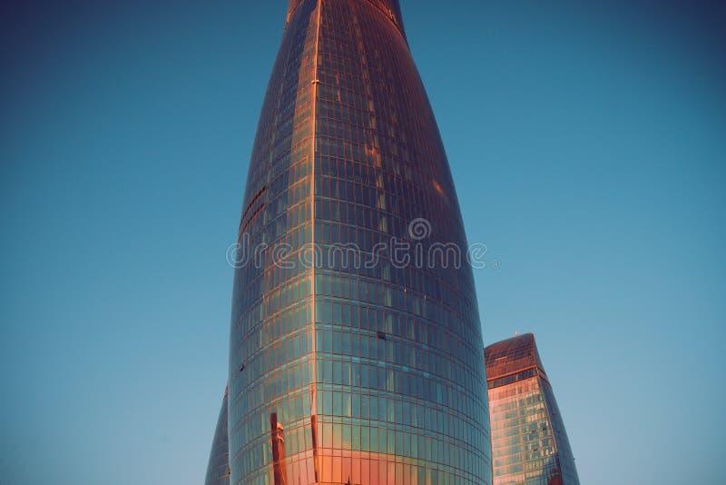 BAKU, AZERBEIDZJAN: Beeld van Baku Flame Towers Beste toeristenstad Stadsmening van de Baku Flame-torens, Azerbeidzjan Mooie back stock foto's