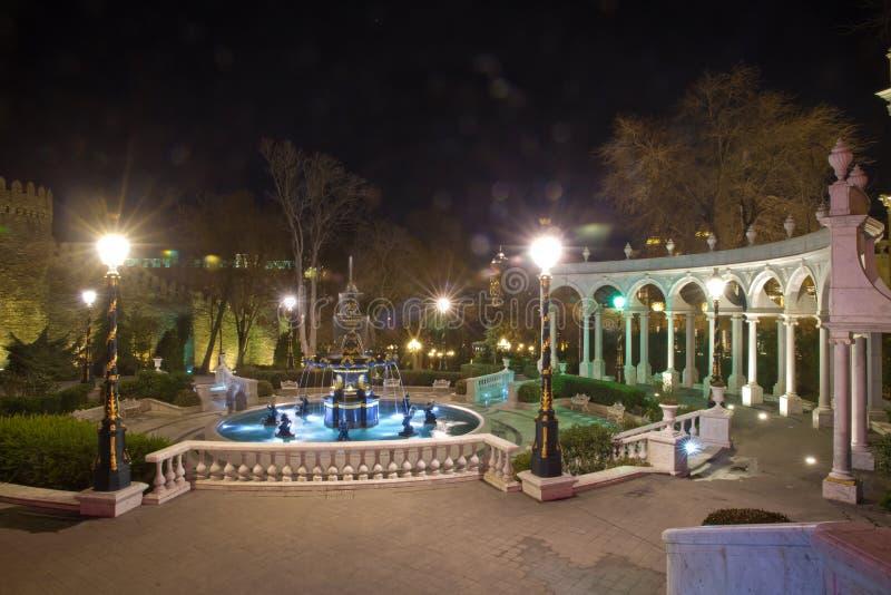 Baku, Azerbeidzjan - 2018: De fontein van het tuinwater van de Jeugd Fonteinvierkant en het stadspark in het centrum van Nacht Ba royalty-vrije stock afbeelding