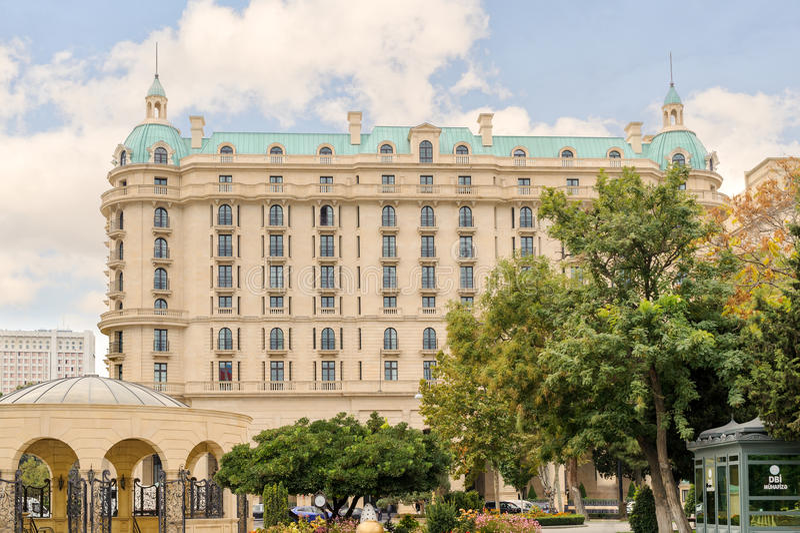 BAKU, AZERBEJDŻAN - 17 2014 OCT: Cztery sezonów hotel Baku Cztery sezonu Hotelowy Baku są zamknięci Stary miasteczko i Shirvansha zdjęcia royalty free