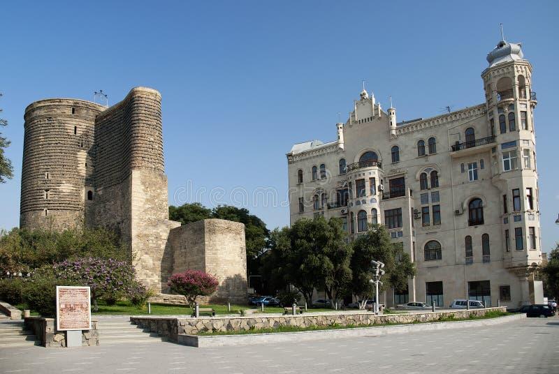 Baku central azerbaijan com torre das donzelas foto de stock royalty free