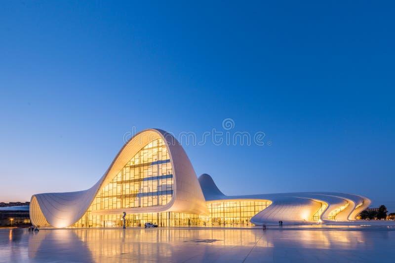 BAKU 20 DE JULHO: Heydar Aliyev Center o 20 de julho foto de stock royalty free