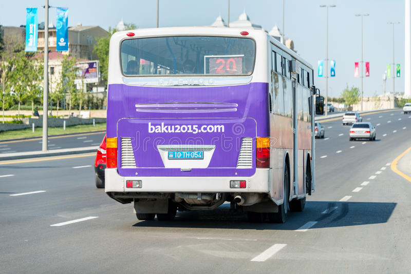BAKU - 10 DE MAIO DE 2015: Cartaz na parte traseira do ônibus sobre imagem de stock