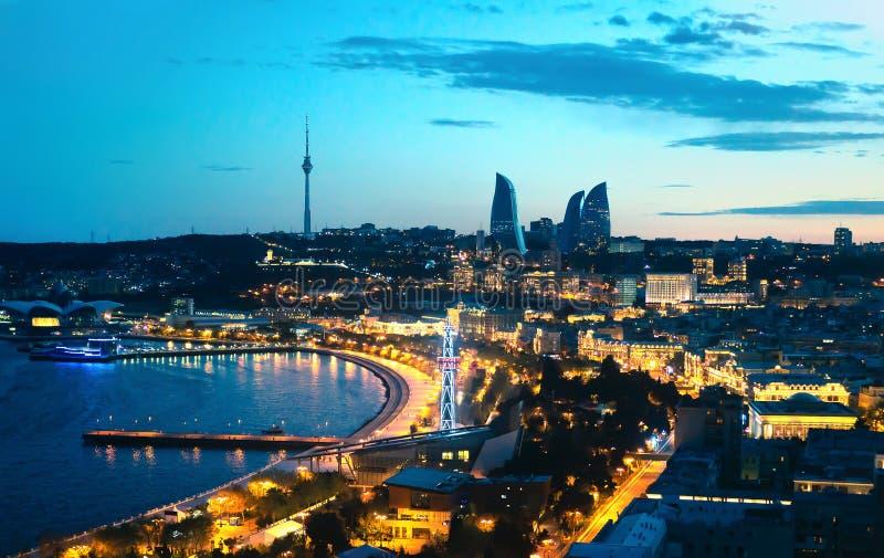 Baku en la noche El capital de Azerbaijan Opini?n panor?mica a?rea del paisaje urbano Torres de la llama, luces del bulevar del m foto de archivo