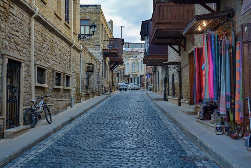 Baku - o capital dos Jogos Olímpicos europeus do verão 2015, ruas velhas da cidade fotos de stock