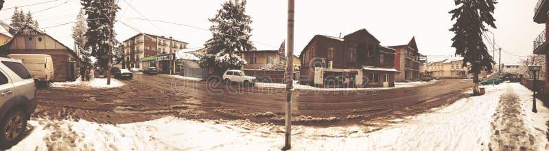 BAKURIANI, ΓΕΩΡΓΙΑ - 17 ΝΟΕΜΒΡΊΟΥ 2018: Χειμερινό μεσημέρι Οι άνθρωποι περπατούν στο χιόνι Χιονώδης οδός Χιονοδρομικό κέντρο Baku στοκ εικόνες