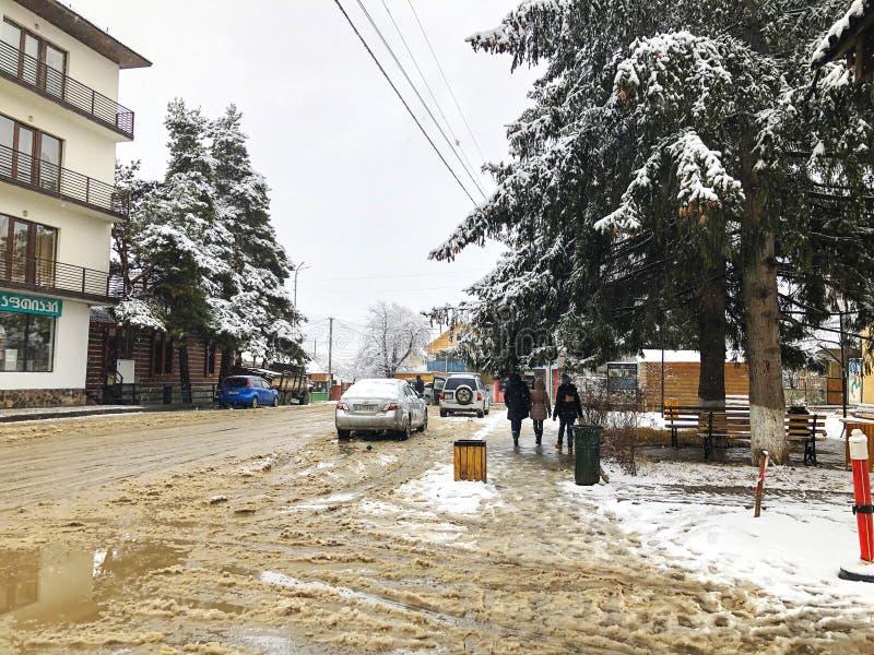 BAKURIANI, ΓΕΩΡΓΙΑ - 17 ΝΟΕΜΒΡΊΟΥ 2018: Χειμερινό μεσημέρι Οι άνθρωποι περπατούν στο χιόνι Χιονώδης οδός Χιονοδρομικό κέντρο Baku στοκ φωτογραφία με δικαίωμα ελεύθερης χρήσης