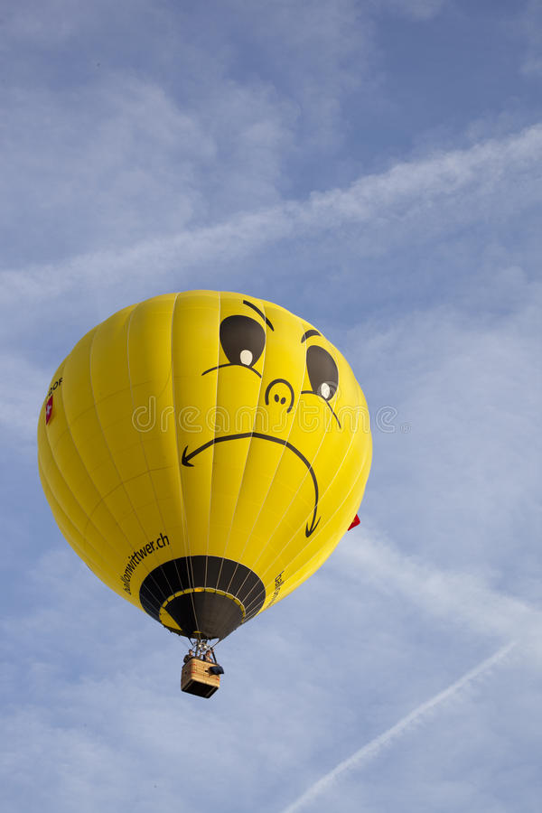 Balão amarelo colorido com face imagens de stock royalty free
