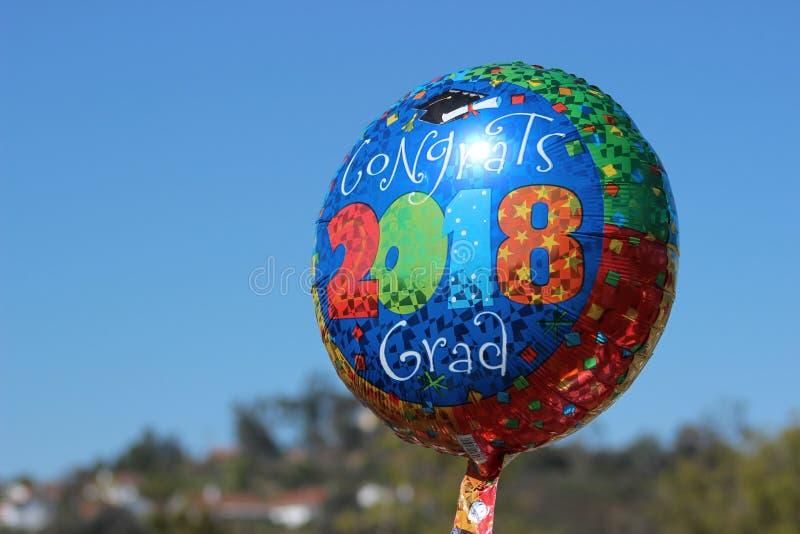 balão 2018 da graduação no céu azul fotos de stock royalty free