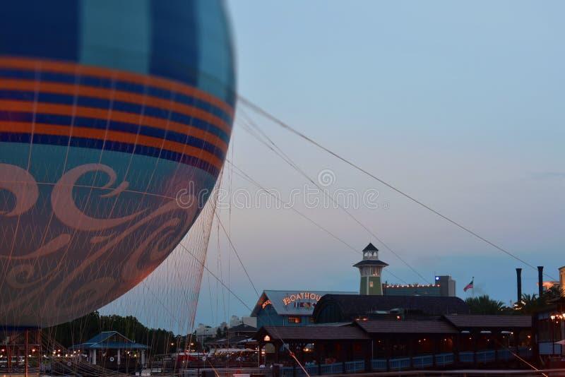 Balão de ar, cais e restaurante coloridos do estaleiro Cartão do por do sol na mola de Disney, lago Buena Vista fotografia de stock royalty free