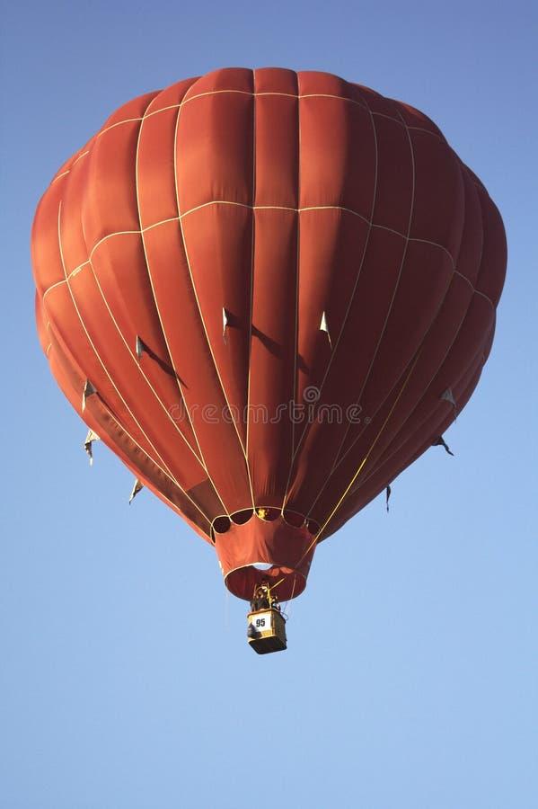Balão de ar quente carmesim contínuo fotografia de stock