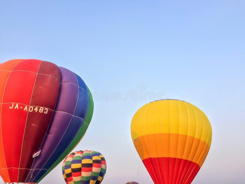 Balão de ar quente colorido com céu azul fotografia de stock royalty free