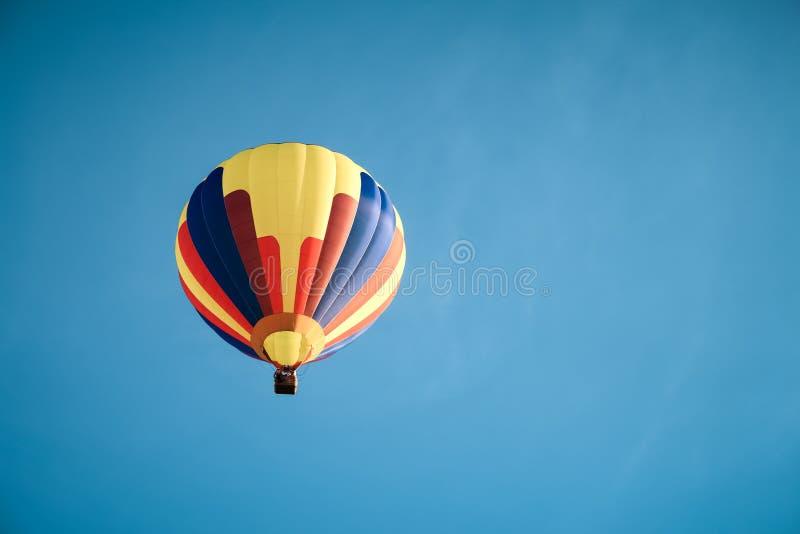 Balão de ar quente colorido no céu azul fotografia de stock