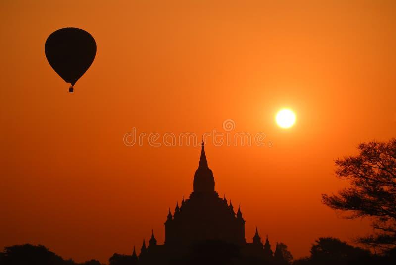 Balão de ar quente com templo de Bagan fotos de stock royalty free