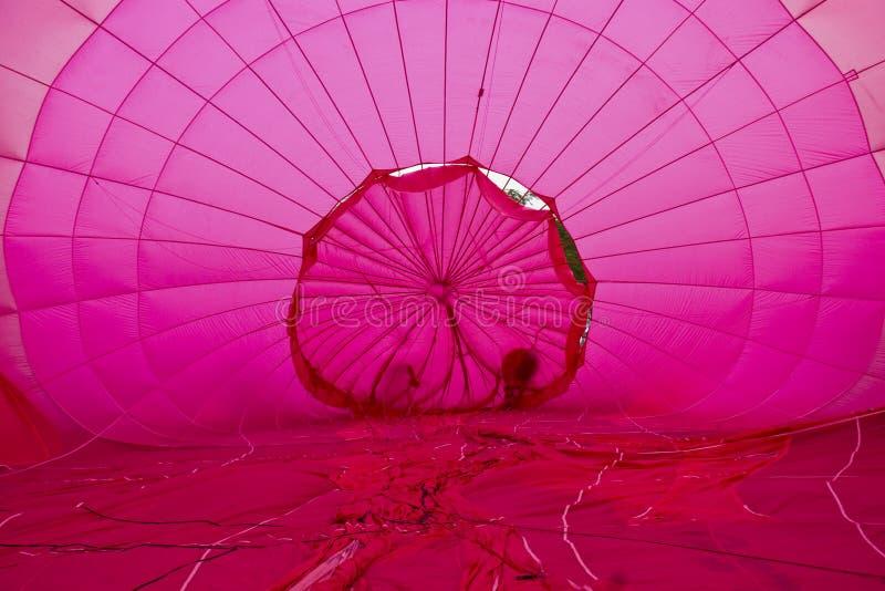 Balão de ar quente cor-de-rosa interno foto de stock