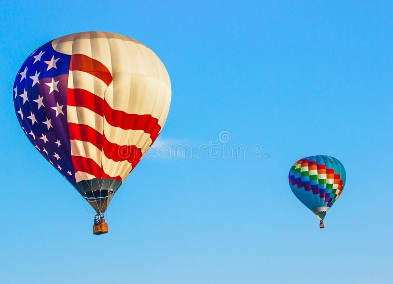 Balão de ar quente da bandeira americana & multi balão colorido fotografia de stock royalty free
