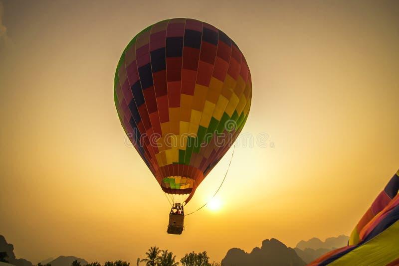 Balão de ar quente de flutuação em Vang Vieng fotos de stock royalty free