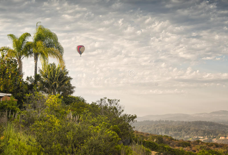 Balão de ar quente em voo, San Diego, Califórnia imagem de stock royalty free