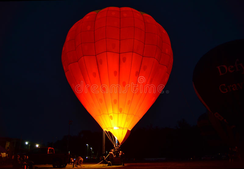Balão de ar quente na noite imagem de stock
