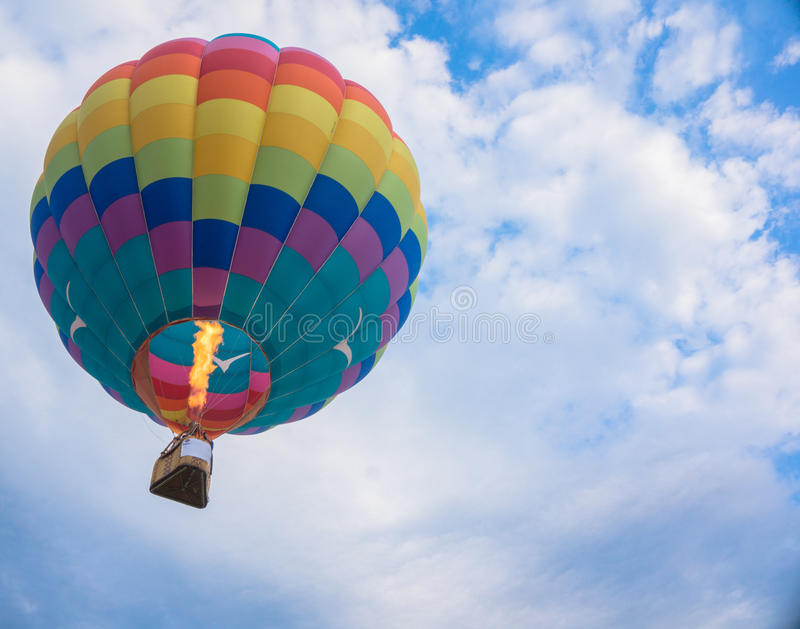 Balão de ar quente no céu imagens de stock royalty free