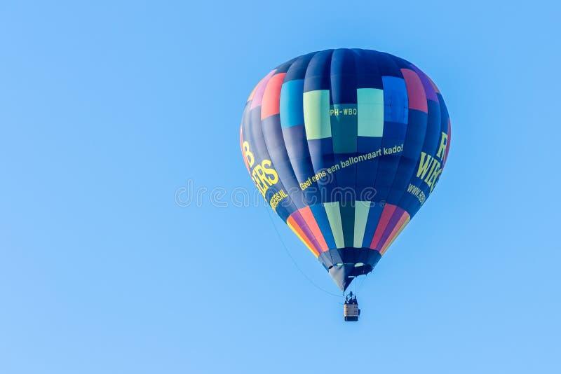 Balão de ar quente no céu azul claro imagens de stock