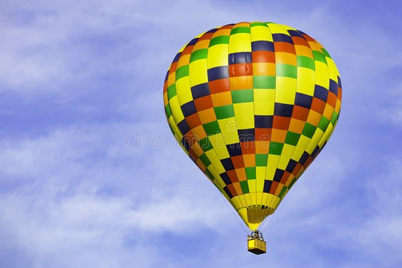 Balão de ar quente no céu azul foto de stock royalty free