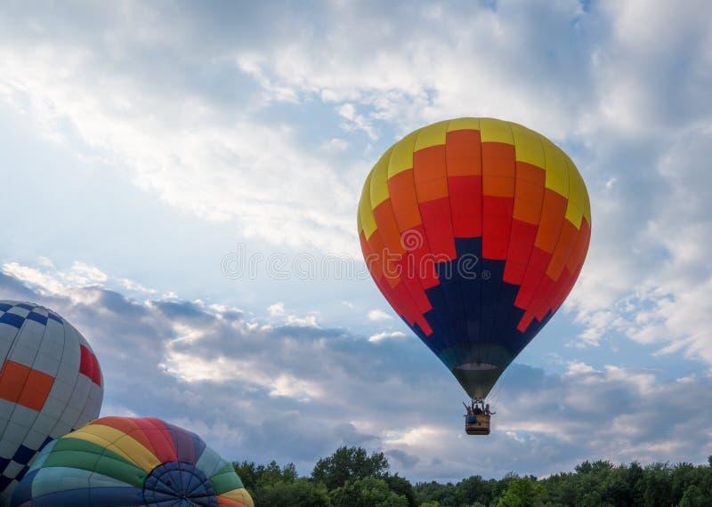 Balão de ar quente que move-se longe do campo imagens de stock royalty free