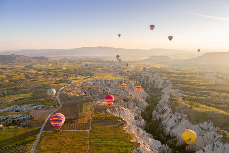 Balão de ar quente que voa sobre Cappadocia espetacular imagem de stock