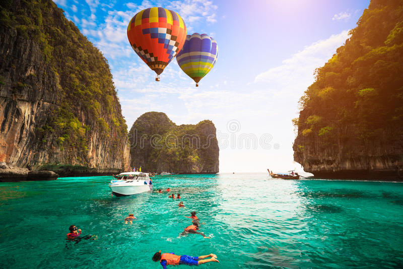 Balão de ar quente que voa sobre o mar fotos de stock