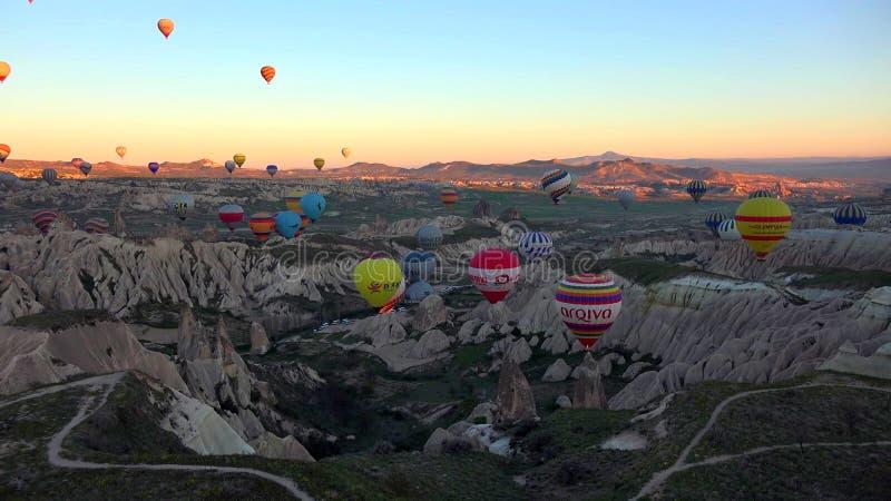 Balão de ar quente que voa sobre a paisagem da rocha em Cappadocia Turquia imagem de stock royalty free