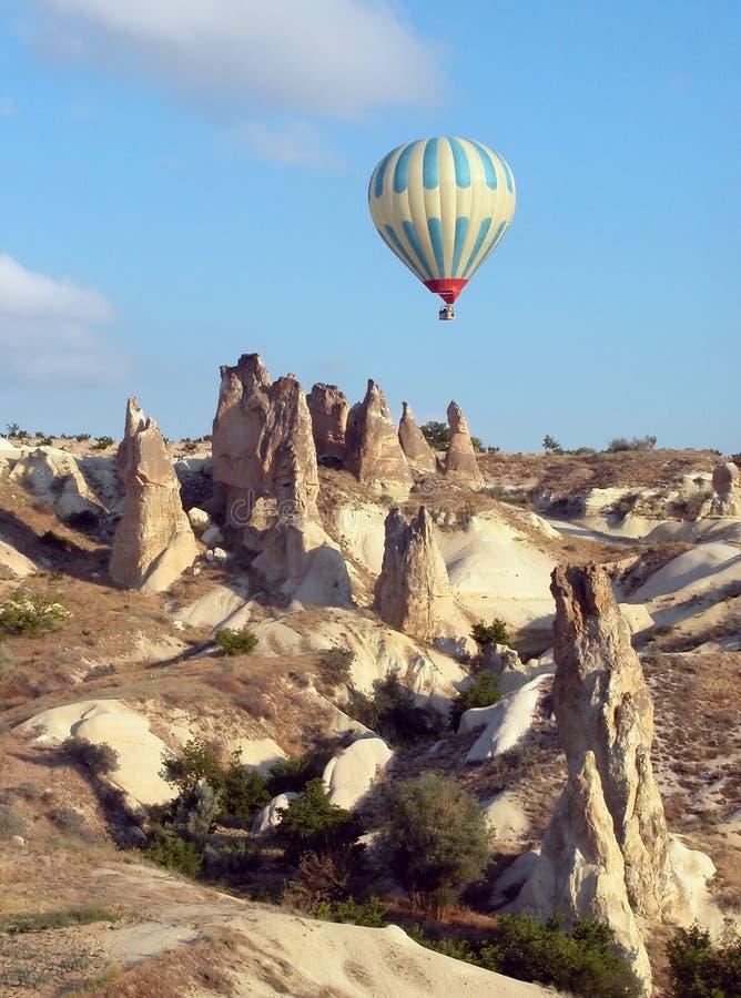 Balão de ar quente sobre Cappadocia, Turquia imagem de stock
