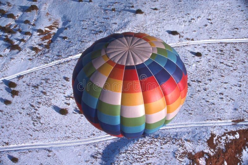 Balão de ar quente sobre a neve imagens de stock