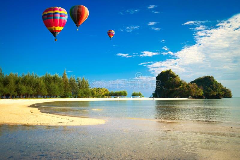 Balão de ar quente sobre o mar imagens de stock