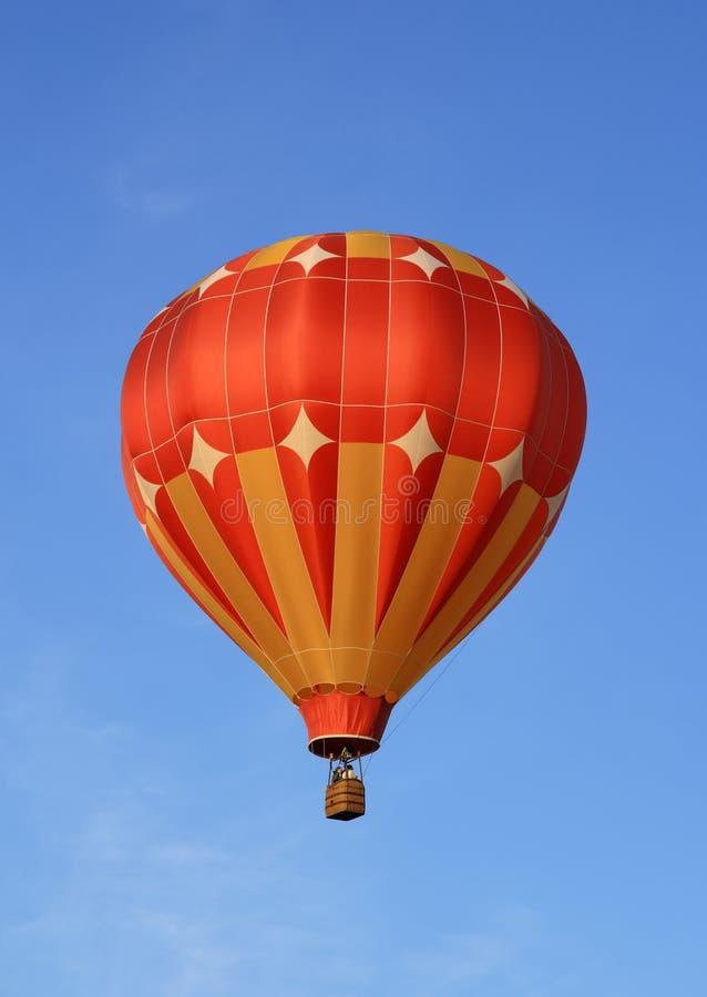 Balão de ar quente vermelho e alaranjado foto de stock royalty free